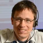 Tom Uhlig lavora come Columbus Flight Director al centro della DLR (L'Agenzia Spaziale Tedesca) a Oberpfaffenhofen in Germania. Una delle più belle cose che abbia mai fatto è stato lavorare come Flight Controller per la missione Shuttle STS-122 per l'installazione del modulo europeo della ISS.