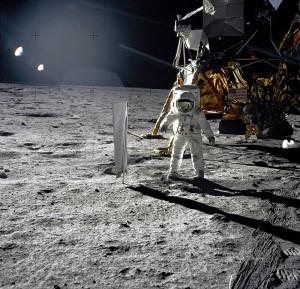L'astronauta Edwin E. Aldrin, Jr. durante la sua EVA sulla Luna il 20 Luglio 1969. Nella foto si trova accanto all'esperimento Solar Wind Composition (SWC) e nelle vicinanze del modulo lunare Eagle.
