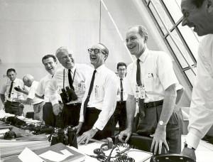 Gli ufficiali di missione dell'Apollo 11 si rilassano dopo il lancio il 16 lulgio 1969. Credits: NASA