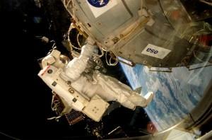 Il laboratorio Columbus fu installato sulla Stazione Spaziale Internazionale durante la prima passeggiata spaziale della missione  STS-122 nel Febbraio 2008. Gli astronauti NASA Stanley Love and Rex Walheim hanno passatocirca otto ore al di fuori della ISS per preparare Columbus per il trasferimento dallo Shuttle Atlantis al nodo 2 Harmony della Stazione Spaziale.