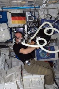 L'astronauta ESA Alexander Gerst durante una sessione dell'esperimento ENERGY, che cerca di capire quanta energia viene utilizzata dagli astronauti sulla ISS.