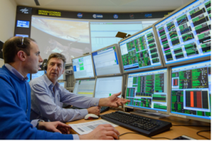 sui monitor alcuni dati dal modulo Columbus (nella foto uno degli autori, sulla sinistra: Ciro Amodio)