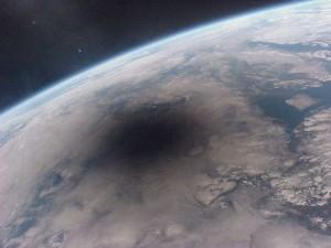 L'ombra della Luna sulla superficie della terra durante un'eclissi.  Credit: Mir 27 Crew; Copyright: CNES